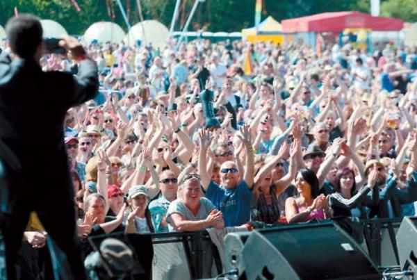 Fantastic crowds at the music festival - LANTERN